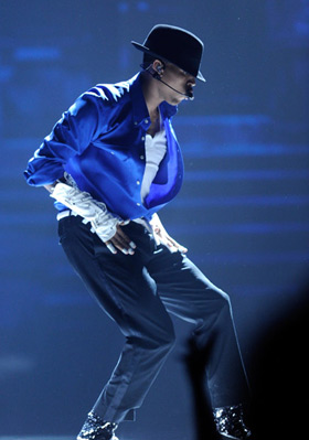 Chris Brown pays tribute to Michael Jackson at the 2010 BET Awards