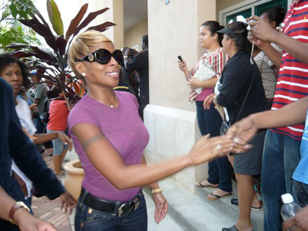 Mary J Blige shakes hands with  voters on voting line in Florida