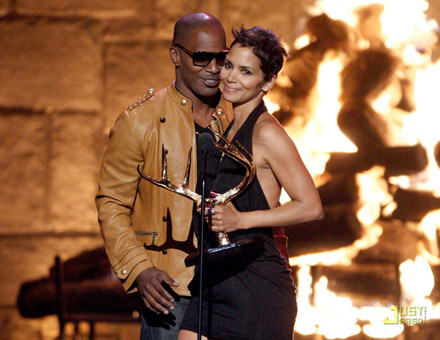 Halle Berry and Jamie Foxx kiss at Spike TV awards