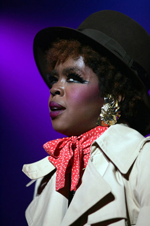 Lauryn Hill in trenchcoat