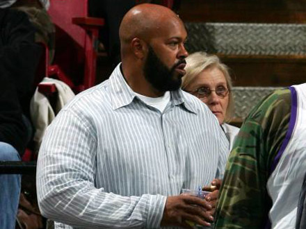 Barber Knocks : Suge Knight Knocked Out By Barber Who knocked out suge knight?