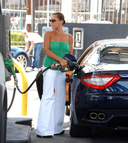 Vanessa Williams pumping her own gas